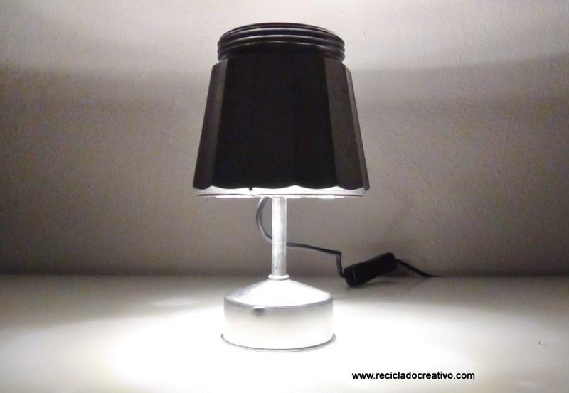 Настольная лампа в форме гейзерной кофеварки