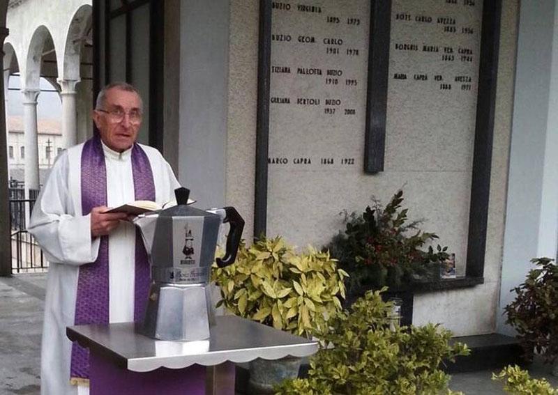 Похороны Ренато Биалетти в урне, сделанной в форме Bialetti Moka Express