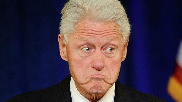 В особняке Эпштейна нашли картину, на которой изображен Билл Клинтон в синем платье и на красных каблуках