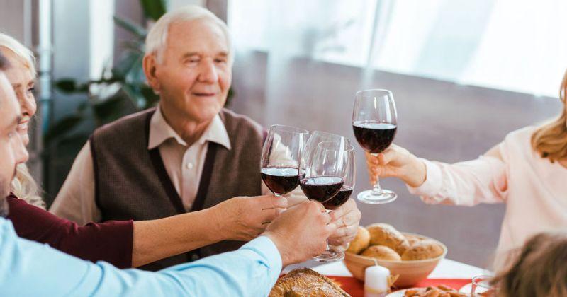 Ученые шокировали новым открытием: выпивка для пожилых людей полезнее спорта фото