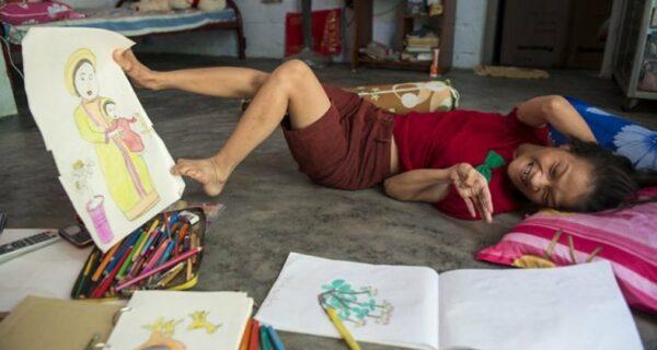 Девушка-инвалид из Вьетнама рисует свои мечты ногами