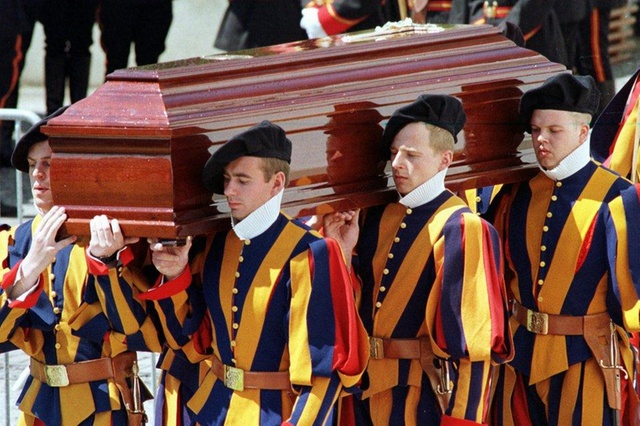 Происки дьявола или гей-скандал: за что застрелили командира охраны Папы Римского Алоиза Эстерманна