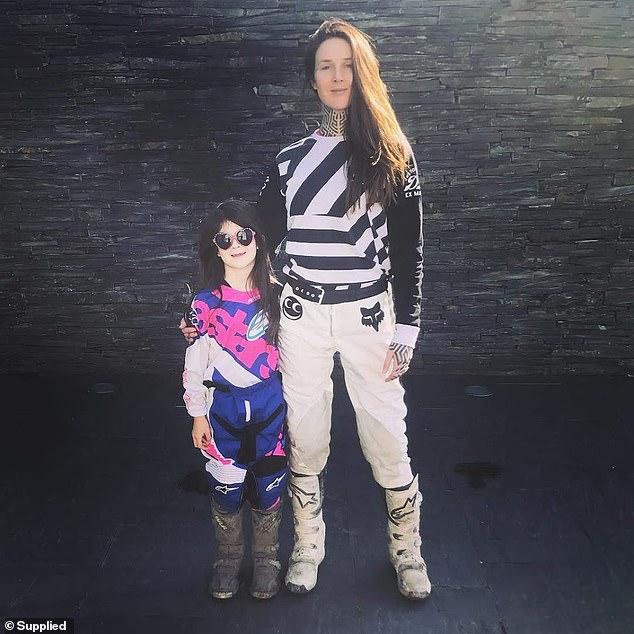 Малышка-крутышка: семилетняя байкерша гоняет на мотоцикле вместе с матерью, обожающей экстрим