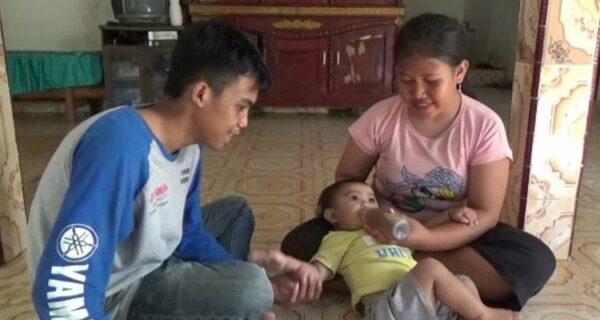 Кофеманка с пеленок: в Индонезии мать поит годовалую малышку кофе вместо молока