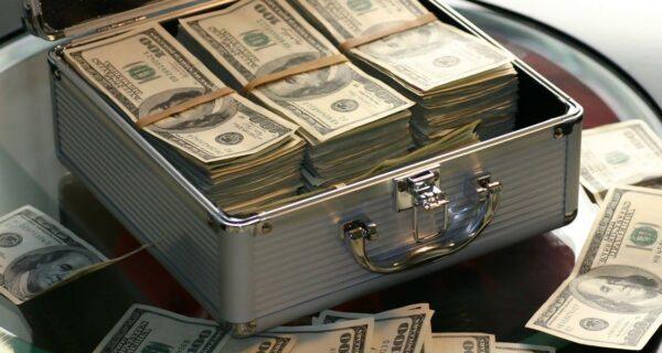 7 самых дорогих покупок российских олигархов, от огромных яхт до целых островов