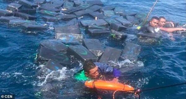 Кокаиновый спасательный плот: контрабандисты плыли по морю на пакетах с наркотиками