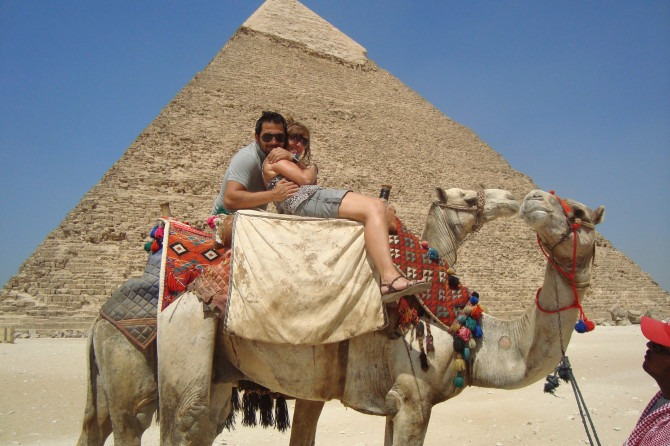 Горбатая любовь: пенсионерке придется заплатить красавчику из Египта, который соблазнил ее верблюдами фото