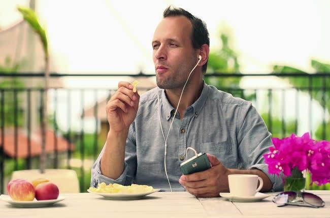 Тяжелые тарелки, музыка и еще 8 способов обмануть мозг и сделать еду вкуснее