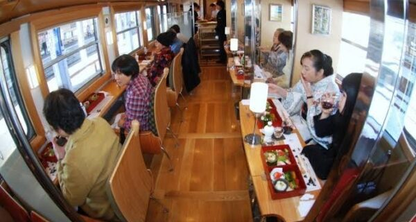 Поездка со вкусом: одинокое путешествие в японском поезде-ресторане