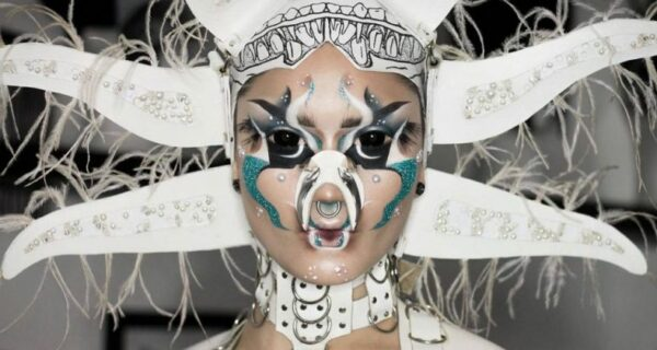 Сюрреалистический мейкап от квир-художницы Hungry превращает ее в инопланетянку