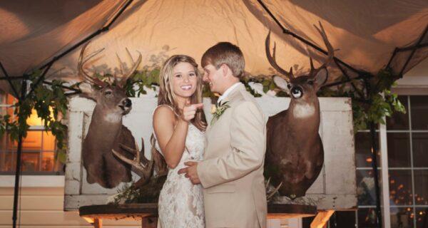 Обстрел негативом: молодоженов раскритиковали за свадьбу в охотничьем стиле