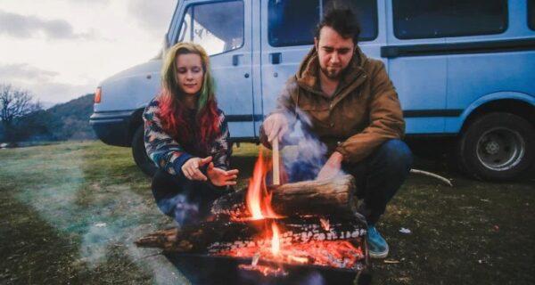Жизнь на колесах: пара из Корнуолла превратила дешевый минивэн в уютный дом и ездит в нем помиру