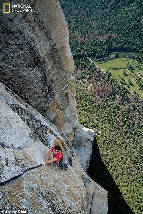 Алекс Хоннольд без использования страховки восходит на Эль-Капитан, высота которого 2307 м