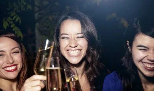 Праздничное настроение — испорченная улыбка: алкоголь разрушает зубы хуже сладостей