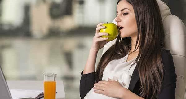 Яблоко с «бочком»: почему ученые считают, что фрукты с пятнами опасны