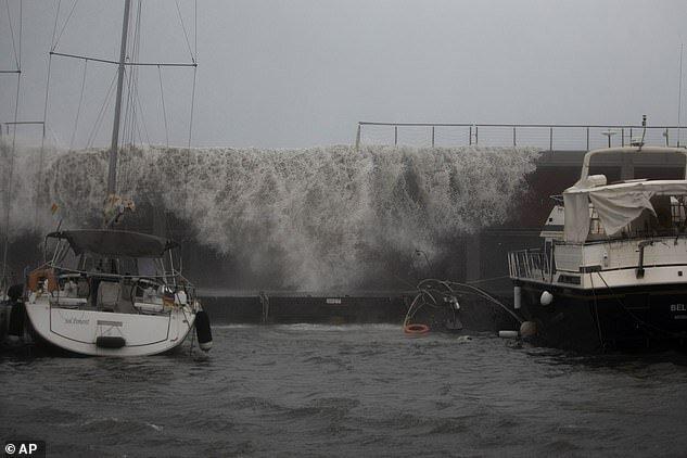 Испанию захлестнули гигантские волны и окутала морская пена
