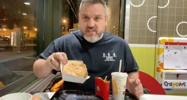 Пранкер съел заплесневелый бургер и картошку фри из «Макдоналдса», которые на год закопал вземлю