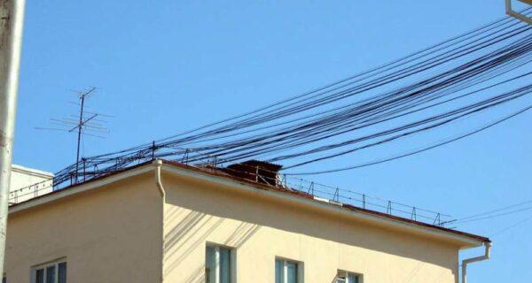 Кто и зачем протягивает между домами провода