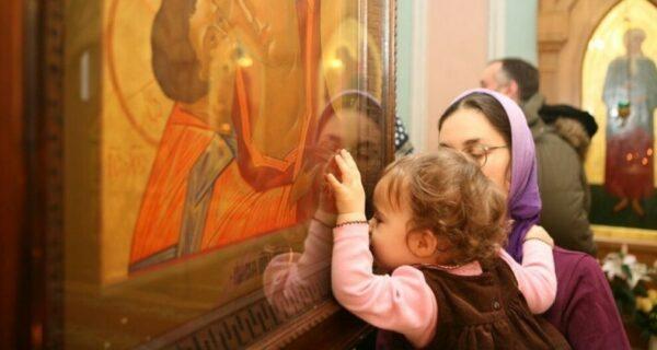 Девушка наглядно показала бактериальную опасность церковных икон
