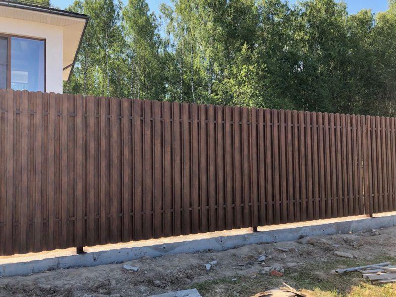 металлический забор с монолитным основанием