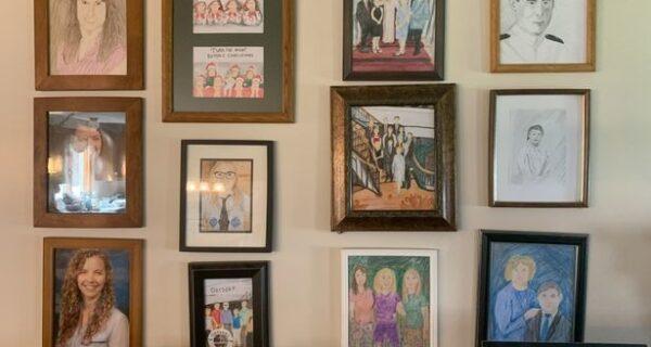 Женщина заменила семейные портреты на смешные рисунки, а ее родители полторы недели не замечали разницы