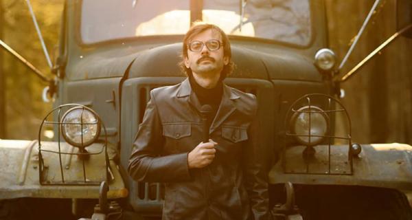 «Я играю пиво, шампанское, мертвое тело и муравья»: история актера и человека-мема Антона Лапенко