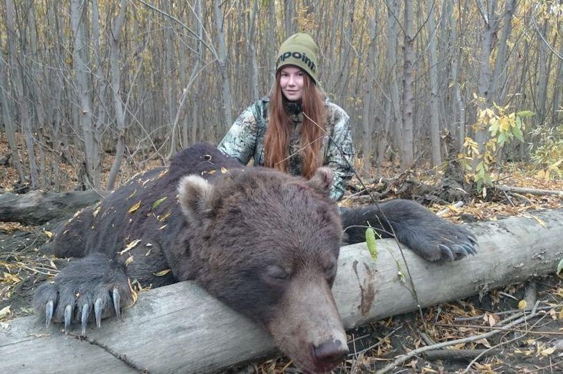 Медведя остановит, в горящую избу войдет: охотница из России возмутила пользователей соцсетей фото