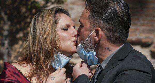Торжество любви: пары, которые сыграли уникальные свадьбы во время карантина