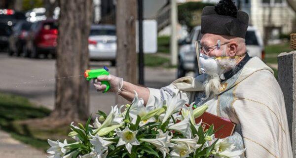Священник в США благославлял прихожан из водяного пистолета и стал звездой соцсетей