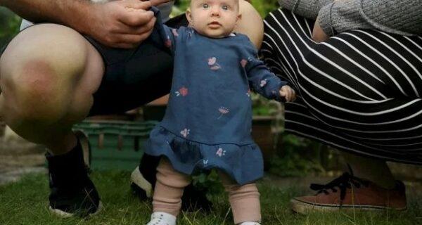 Чудо-девочка: малышка из Великобритании встала на ноги в 8 недель