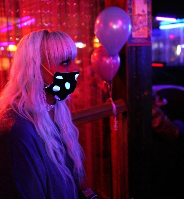 маски в стриптиз клубе