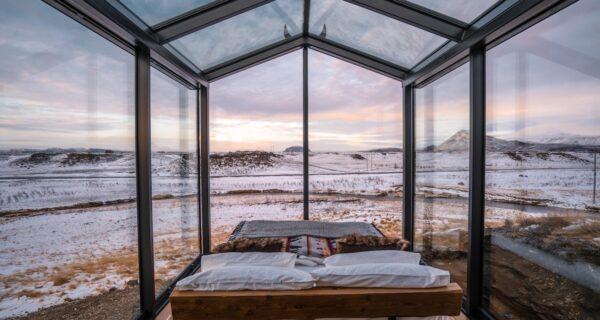 Через окно — к звездам: в Исландии туристам предлагают провести ночь в домиках с прозрачными стенами