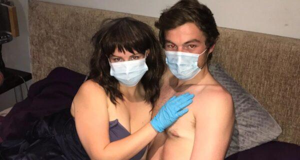 Безопасный секс: британка с коронафобией занимается любовью только в маске и перчатках