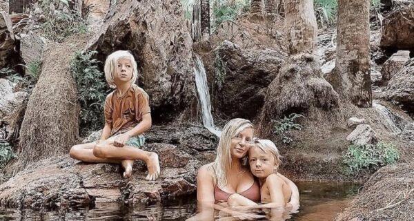 Супруги из Австралии не водят детей в школу, считая, что природное обучение куда полезнее