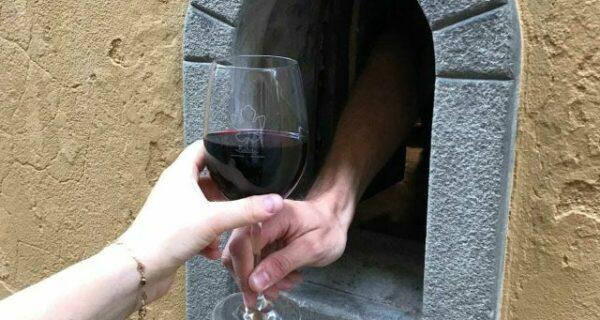 Рестораны Тосканы снова используют «винные окна», сделанные в Средневековье во времена чумы