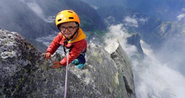 Мал, да удал: трехлетний мальчик покорил вершину высотой 3352м