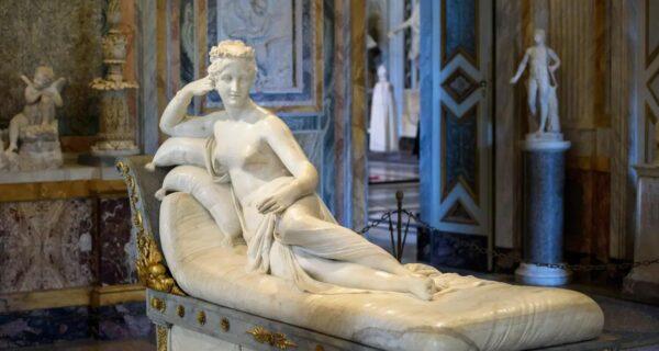 Турист прилег ради селфи в итальянском музее и сломал пальцы 200-летней скульптуры