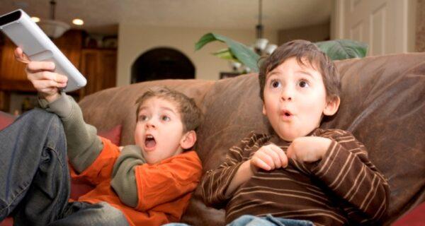 Бодипозитив с перегибом: В датском телепроекте взрослые полностью разделись перед детьми