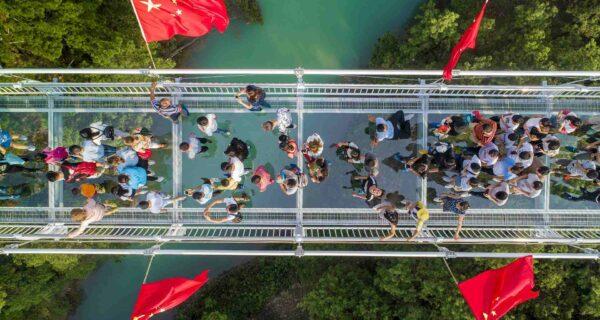 В Китае открылся подвесной стеклянный мост и сразу установил несколько мировых рекордов