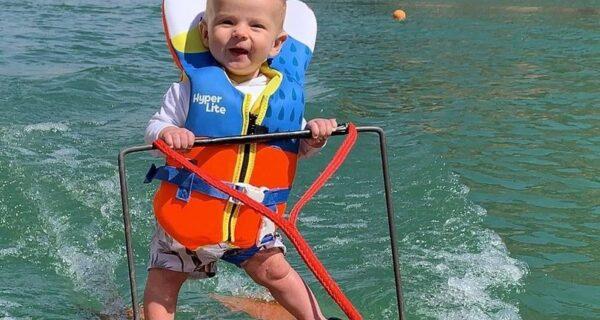 Это насилие над ребенком? В чем обвиняют родителей, которые поставили малыша на водные лыжи