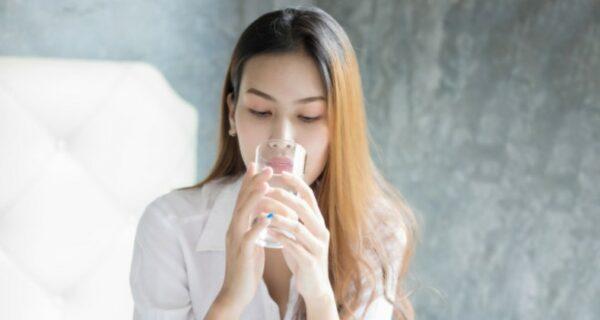 Китайская уборщицы выпила стакан воды из унитаза, чтобы порадовать шефа, и стала известной