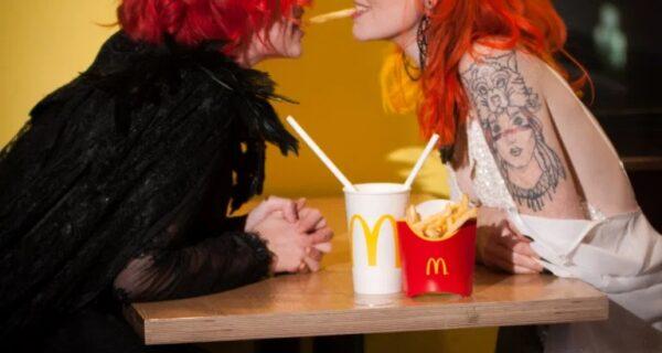 Любовь и бургеры: как пара лесбиянок сыграла свадьбу в «Макдоналдсе» в обход карантина