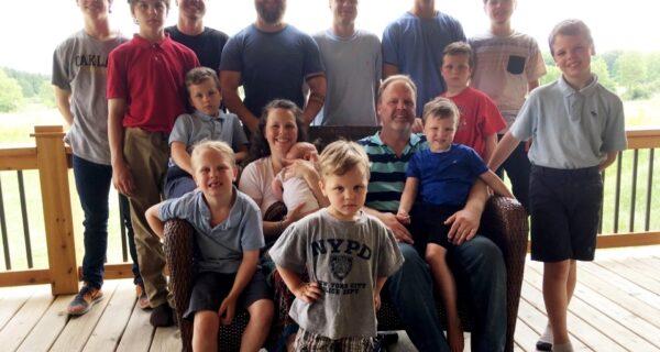 Лапочка-дочка: мать 14 сыновей из Мичигана, наконец, родила девочку