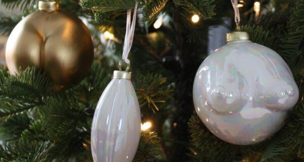 Новый Год с перчинкой: известный британский дизайнер создала елочные шары в виде женских прелестей