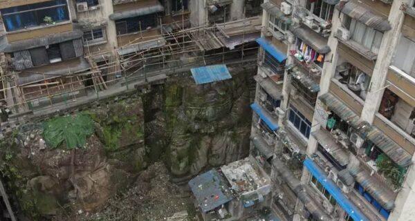 Под многоэтажкой в Китае обнаружили огромную статую Будды без головы