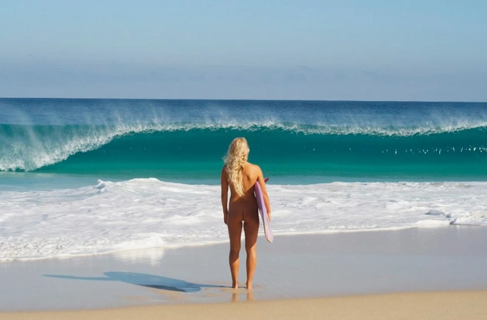 Бегущая поволнам: голая серфингистка изАвстралии покоряет океан