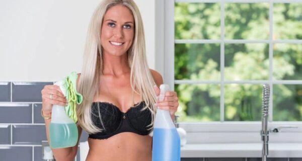 Чистое удовольствие: предпринимательница из Британии создала фирму услуг по уборке в обнаженном виде
