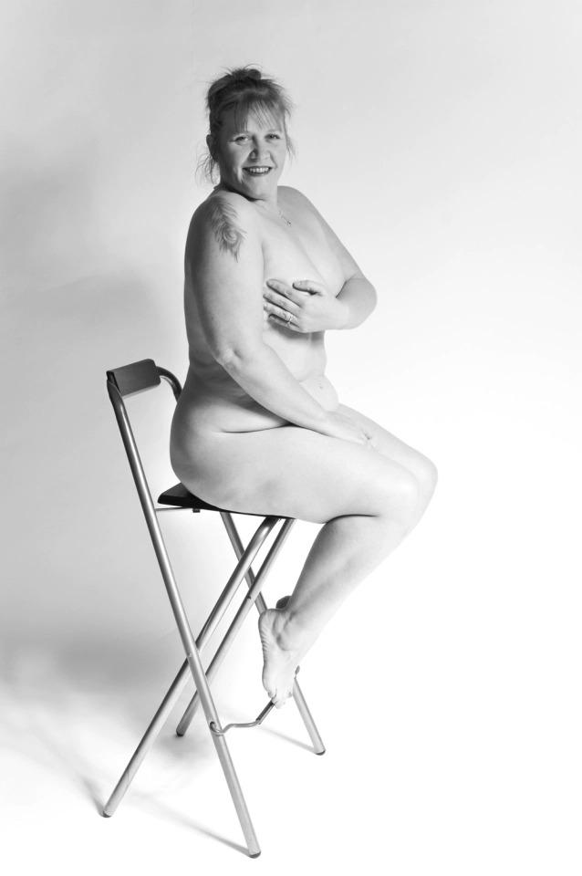 Парочка нудистов изВеликобритании делает смешные фотографии влесу, борясь сострессом вовремя пандемии