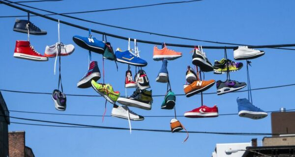 6 теорий, объясняющих странный обычай подвешивать обувь на проводах