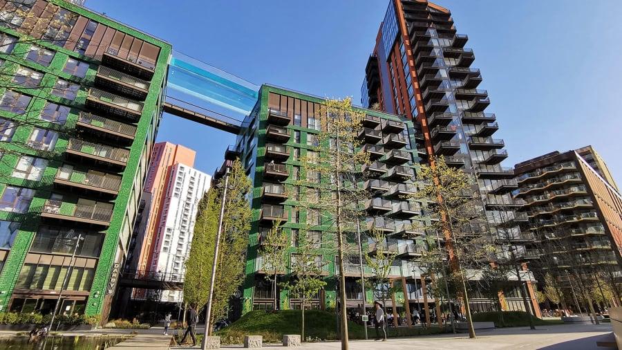 В Лондоне между двумя высотками установили прозрачный бассейн